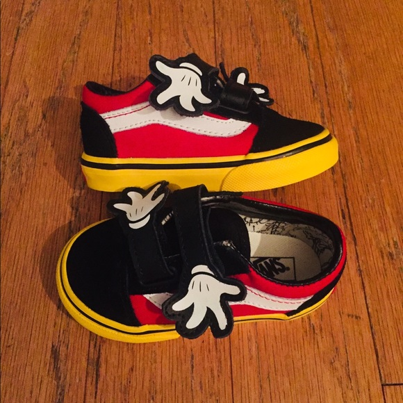 7d7f891f1d  175 VANS X DISNEY OLD SCHOOL MICKEY MOUSE HUG